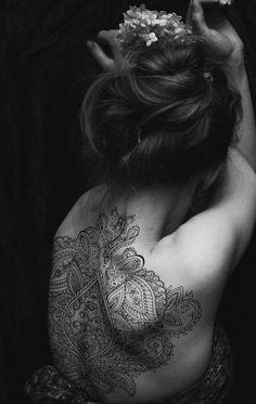 back tattoos mandalas lace henna style Henna Tattoo Back, Henna Tattoos, Body Art Tattoos, Tribal Tattoos, Tattoo Ink, Wrist Tattoo, Shoulder Tattoo, Hindi Tattoo, Mandala Tattoo Back