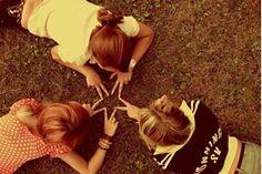 Amizade, palavra que designa vários sentimentos, que não pode ser trocada por meras coisas materiais. Deve ser guardada e conservada no coração.