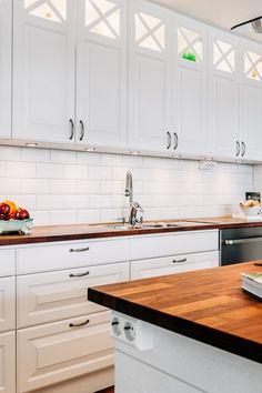 Exklusivt kök i vitt från Ballingslöv med klassiska profilerade luckor med ram och spegel samt glasad del med kryss upptill. Arbetsbänkskivor i valnöt med vitt kakel ovan arbetsbänk och utdragslådor under. Mitt i köket finns en köksö med utdragslådor, infälld induktionshäll och frihängande fläkt i rostfri fläktkåpa. Interior Design Kitchen, Interior Design Living Room, Living Room Decor, Kitchen Decor, Bedroom Decor, Dining Room, Sustainable Design, Design Trends, Kitchen Cabinets