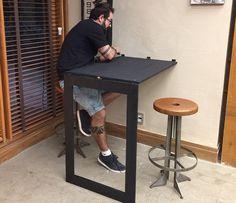 Mesa vira um espelho de parede: ideal para espaços pequenos (Foto: Divulgação)