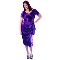 """jaren 50 kleding Ava Dress Purple  Luxe Pinup Couture jurk: Ava Purple, gemaakt van zijde. Deze vintage stijl jurk is gebaseerd op de stijl van de hollywood iconen uit de jaren 50. Heeft een aangehechte taille band die zelf geknoopt kan worden, een top met een kleine mouw en een overslag bij de neklijn. De rok heeft het zogenaamde tulp model. Jurk sluit met een rits aan de achterzijde.Door het materiaal, de kleur en de vorm is deze jurk een echte """"showstopper"""". De vrouwelijke vormen..."""