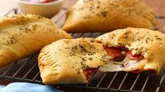 Big and cheesy pepperoni pocket; Enjoy these cheesy pepperoni hand pies made using Pillsbury® Big & Flaky dinner rolls – a delicious dinner that's ready in 25 minutes. Empanadas, Pillsbury Recipes, Hand Pies, Wrap Sandwiches, Flatbread Sandwiches, Crescent Rolls, Stromboli, Deep Dish, Gastronomia