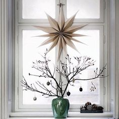 Christmas Window Decor Ideas - Holiday Window Decorations Dream Houses We often find that, when it comes to Christmas window decor, there are lots of options, but not all of them are suitable for our Christmas decorations. Scandinavian Christmas Decorations, Decoration Christmas, Nordic Christmas, Noel Christmas, Winter Christmas, Simple Christmas, Modern Christmas, Holiday Decorating, Beautiful Christmas