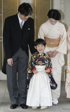 El príncipe Akishino de Japón junto a su mujer, Kiko, y su hijo, Hisahito #royals #royalty #japan #prince = The Prince Akishino of Japan with his wife Kiki and son Hisahito