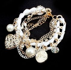 Goud - witten armband met bedels en parels