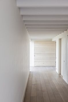 Subtle colors inside House in Lovendegem by Pascal Bilquin Architect. Photo by Thomas De Bruyne. Hallway Inspiration, Interior Inspiration, Architecture Details, Interior Architecture, Minimalist Interior, Interior Exterior, Contemporary Interior, Interiores Design, Home Deco