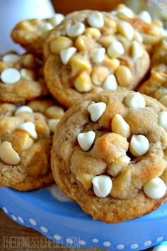 Nothing beats the buttery, soft and chewy taste and texture of these fabulous White Chocolate Macadamia Nut Cookies! Crispy edges, tender middles and bursting with white chocolate and crunchy nuts. Chip Cookie Recipe, Cookie Recipes, Dessert Recipes, White Chocolate Macadamia, White Chocolate Chips, Chocolate Bars, Macadamia Nut Cookies, Coconut Cookies, Galletas Cookies