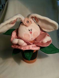 Creazione di nonna Glo Urbania (P.U.)coniglietta  morbidosa che esce da un fiore di raso tutto rosa
