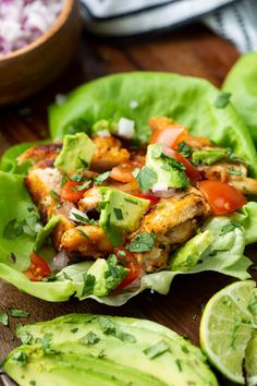 Chicken Taco Salat Wraps sind ein Low Carb Favorit, den die ganze Familie genie… Chicken taco salad wraps are a low carb favorite that the whole family can enjoy. Easy Lettuce Wraps, Lettuce Tacos, Lettuce Wrap Recipes, Healthy Chicken Lettuce Wraps, Healthy Recipes With Chicken, Chicken And Veggie Recipes, Lettuce Sandwich, Veggie Keto, Avocado Recipes