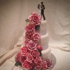 """""""Øver meg på å lage bryllupskaker #bryllupskake #handmade #slikkepott_no  #cakelove #cakedesign #cakesdaily #reneeskarsfjord"""""""