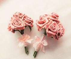 Kit buquê de noiva e buquê de daminha. <br>Este kit buquê de noiva e daminha feito muito delicado a mão de rosas de cetim. <br> O valor pode variar de acordo com a quantidade de rosas e o tamanho solicitado. Preço atual de 2 buquê com 6 rosas. Pode ser confeccionado em outra cor ou tom. <br>Com certeza será uma linda recordação de um momento tão especial! <br> <br>* Medidas aproximadas do buque de noiva: <br>15 cm de largura por 25 cm de altura <br>* Medidas aproximadas do buque de daminha…