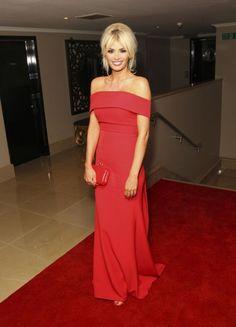 Chloe Sims dans une robe rouge dos nu pour gala de charité