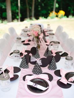 Minnie Mouse Birthday Party table by @sweetlychicdes