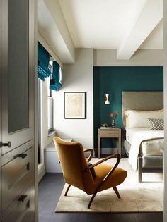 chambre bleu canard, blanc et gris avec fauteuil ocre moutarde et stores bateaux