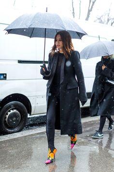 Paris Fashion Week Street Style Fall 2017 - Street Style at Paris Fashion Week 2017 Street Style 2017, Street Style Edgy, Autumn Street Style, Street Chic, Vogue Australia, Trendy Fashion, Winter Fashion, Women's Fashion, Urban Fashion