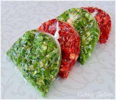 Dondurucuya yazdan mutlaka koyduğum kışlıklardan biri de kırmızı ve yeşil biber. Biberlere herhangi bir işlem uygulamıyorum. Sadece çiğden yemeklik olarak doğrayıp poşetlere dolduruyorum. Poşetleri…