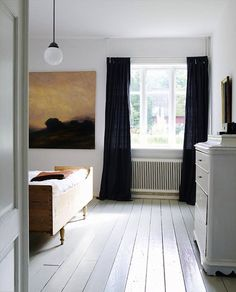 A bedroom in Sweden with white painted floor and black curtains; via My Scandinavian Retreat. A bedroom in Sweden with white painted floor and black curtains; via My Scandinavian Retreat. White Painted Floors, White Wood Floors, White Floorboards, White Walls, Attic Master Bedroom, Bedroom Black, Bedroom Art, Clean Bedroom, Dark Curtains