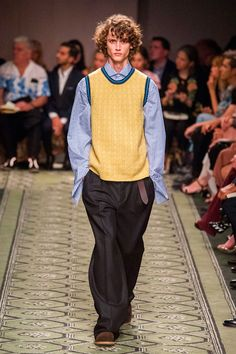 Burberry Gave Us a Fashion History Lesson We Can Shop Right Now Burberry Show at London Fashion Week September 2016 All Fashion, Fashion History, Fashion Show, Mens Fashion, London Fashion, Fashion Weeks, Christopher Bailey, Burberry Men, Runway