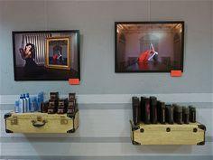 maletas antiguas vintage recicladas estantería peluqueria moderna madrid salon apodaca