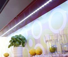 LED-Streifen TEANIA modern weiß -LED-Stripes für indirekte Beleuchtung in der Küche