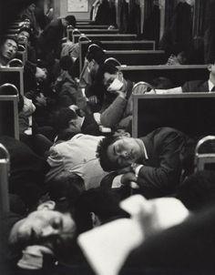 Intensas Fotos Históricas                  1964: Um vagão de trem no Japão logo pela manhã.
