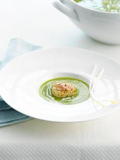 Bereiden:Snij de gereinigde uien en preien fijn en stoof in wat boter. Voeg dediepvrieserwten en de bouillon toe. Laat 30 minuten zachtjes kokenonder een deksel. Mix de soep en kruid met peper van de molen en zout.Droog ondertussen de sneetjes gerookt spek 20 minuten in de oven op125 °C. Maal samen met de ontkorste boterham in de keukenrobot fijn.Bewaar in een afgesloten doosje.