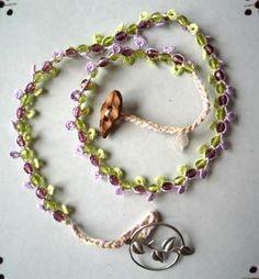 いばら姫をイメージしたネックレスです。紫と黄緑のチェコビーズをベースに、タティングレースで編み込み、葉の形のボタンを留め具にしています。後ろの部分に茨をイメー...|ハンドメイド、手作り、手仕事品の通販・販売・購入ならCreema。