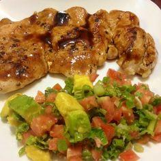 Opcion de cena saludable! Jugoso filete de pechuga de pollo al grill con ensalada de aguacate, tomate y cebollin con aderezo de limon, ajo, sal y pimienta! Rápido y fácil! #ricoysaludable #Padgram Healthy Habits, Healthy Choices, Mexican Food Recipes, Dinner Recipes, Healthy Recepies, Cheat Meal, Latin Food, Fitness Diet, Food Porn