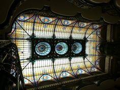 """GRAN HOTEL DE LA CIUDAD DE MÉXICO El vitral que lo caracteriza fue agregado entre 1906 y 1921, según la fuente; funge como techo del vestíbulo y tiene tres pequeñas cúpulas a lo largo. Firmado por el artista Jaques Grouber, de la escuela francesa de Nancy, """"el plafón consta de más de 20 mil piezas, algunas tan pequeñas que no alcanzan los 5 cm cuadrados"""""""