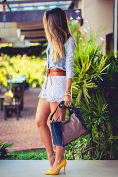 Look do dia com scarpin amarelo, shorts de renda, camisa feminina e bolsa de couro