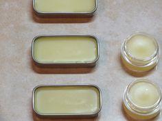 Creare un ottimo burrocacao (balsamo per labbra) fatto in casa, è semplicissimo e, se fatto bene, è decisamente  migliore di quelli che si trovano in commercio.