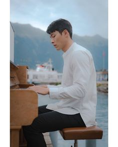 Crash Landing on You (사랑의 불시착) - Drama - Picture Gallery Korean Drama Stars, Korean Drama Movies, Korean Dramas, Hyun Bin, Asian Actors, Korean Actors, Park Bo Gum, Jung Hyun, Playing Piano