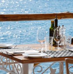 Reserve your table at Il Carlino, restaurant by the sea for guests only, are the gourmet spots at Il San Pietro.