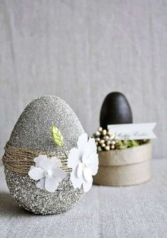 About 2 weeks ago I bought some wood & paper mache eggs to decorate. I love the pretty pastel colors of spring/Easter, but I want a more natural glitz to my Easter! Egg Crafts, Easter Crafts, Diy And Crafts, Easter 2018, Easter Table Decorations, Easter Projects, Egg Art, Easter Holidays, Egg Decorating