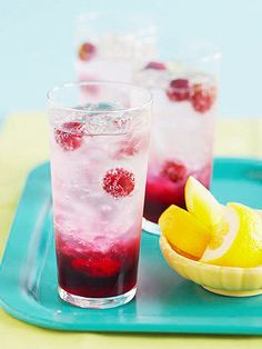 Sparkling Red and Green Tea: Combine green tea, your favorite juice, and sparkling water for a refreshing take on iced tea. Looks so delicious! Refreshing Drinks, Summer Drinks, Fun Drinks, Healthy Drinks, Beverages, Smoothie Drinks, Smoothies, Non Alcoholic Drinks, Cocktails
