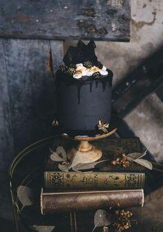 25 a matte black wedding cake topped with chocolate, gilded blackberries and cream - Weddingomania