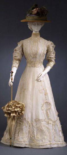 Day dress, Italian manufacture, c. 1903-05, at the Pitti Palace Costume Gallery. Via Europeana Fashion.