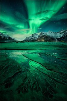 https://www.facebook.com/DP.Photography.Images https://www.phototours4U.com Flakstad, Lofoten, Northern Norway, 18.02.14 gegen 22 Uhr Nachdem ich bereits rund eine Woche zuvor ein paar kleinere Nordlichter beobachten konnte und zwischenzeitlich zwar in klaren Nächten ausgeharrt, aber kein Nordlichtglück hatte, stimmten mich die Vorhersagen für die Nacht des 18.02. recht zuversichtlich. Zur Abenddämmerung in Uttakleiv angekommen, wartete ich vor Ort auf die ersten Nordlichter, die plötzlich…