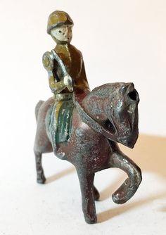 """Vintage soldado a caballo marrón con Swing brazo por ToySoldierShop Se trata de un vintage soldado montado en un caballo de 2 1/2"""" de color marrón con un brazo sosteniendo un cuchillo o una daga. La pieza está marca, ha estado en almacenamiento durante varios años y muestra desgaste debido al juego y la edad."""