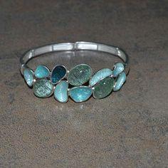 Un bracelet de création Française il s'ajuste à votre poignet très facilement, disponible dans notre boutique totem-tendance