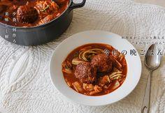 白菜の煮込みハンバーグのレシピ。 冷蔵庫に余りがちな食材NO.1の白菜をたっぷり使えるハンバーグ。白菜から出る水分でとろみが生まれる。