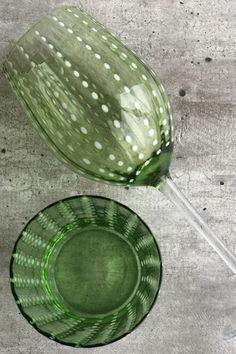 CARNIVAL est une très belle collection de verres et coupelles en verre soufflé bouche de couleur vert. Les verres à vin colorés sont teintés dans la masse et déclinés dans des tons ultra tendance.   #vert #vin Wild Nature, Tableware, Unique, Beer Glassware, Wine Glass, Glass Collection, Green Drinking Glasses, Dinnerware, Dishes