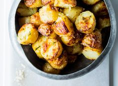 Parmesan-infested New Potatoes Juicy New Potatoes get a crispy and … – Cake Types Dinner Side Dishes, Dinner Sides, Fresh Potato, Best Meat, Types Of Cakes, Parmesan Crusted, Baked Potato, Fries, Protein