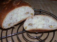 pane alle noci500 gr di farina manitoba  280 gr di acqua  20 gr lievito di birra  1 cucchiaino di zucchero  20 gr di sale  1 cucchiaio di olio