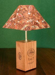 Dies ist eine große Holz Zigarrenkiste neu gedachte zu einem funktionalen Tischleuchte für für die Liebhaber der gute Zigarren in Sie leben!
