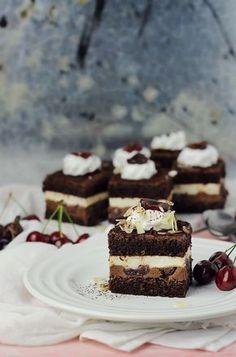 Chocolate ganache, vanilla mousse and cherry cake Brownie Recipes, Chocolate Recipes, Cookie Recipes, Coffee Dessert, Dessert Bars, Tea Cakes, Food Cakes, Romanian Desserts, Chocolate Cookies