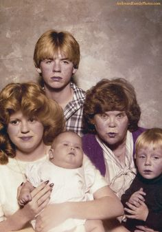 scariest fam pic maybe ever...sorry if this is you:)  AwkwardFamilyPhotos.com