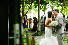 First kiss - Manuel Antonio wedding photography. Costa Rica Wedding Photographers for Style Savvy Brides | A Brit & A Blonde