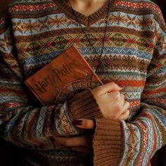 Harry Potter Book + Sweater aesthetic Source by Harry Potter Aesthetic, Book Aesthetic, Character Aesthetic, Autumn Aesthetic Fashion, Halloween Tags, Vintage Halloween, Moda Vintage, Mischief Managed, Hermione Granger
