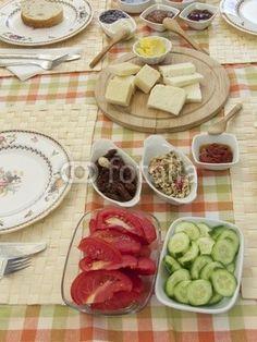 Türkisches Frühstück mit Gurken und Tomaten in einem Ferienhaus in Alacati bei Izmir in der Türkei